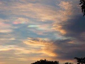 nubes-amarillas-azul-verde-rosa